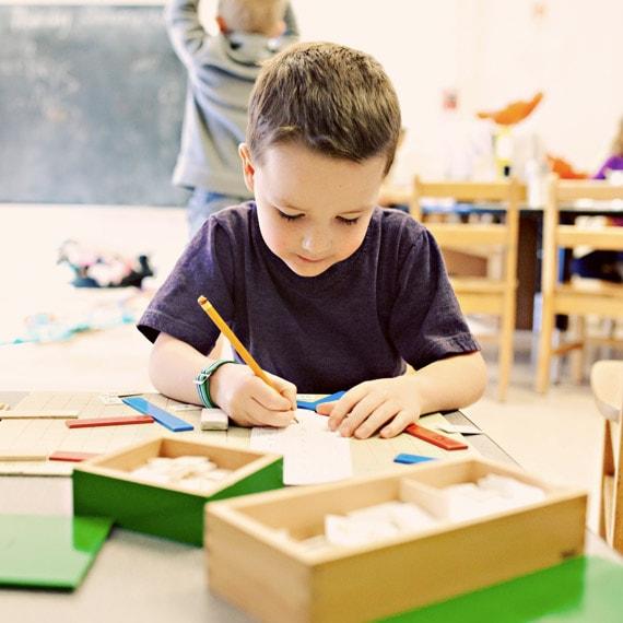 grafologia età evolutiva, bambino che scrive
