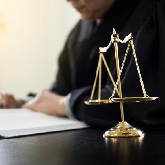 grafologia peritale, giudice e bilancia giustizia